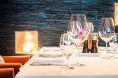 sklenice na víno s nastavením tabulky