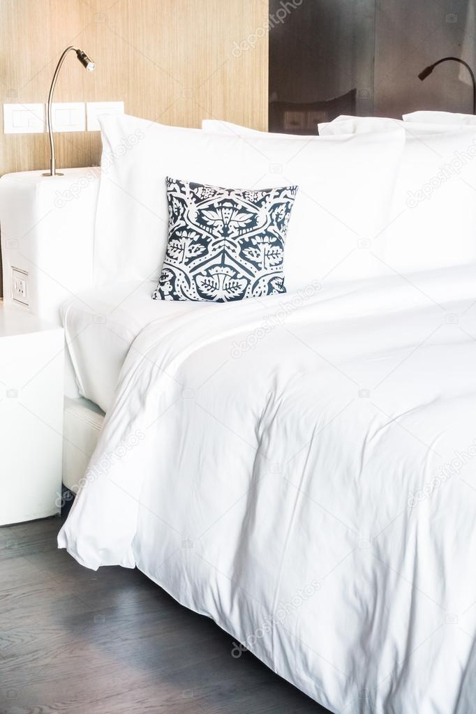 Schone Kissen Auf Dem Bett Dekoration Stockfoto C Mrsiraphol