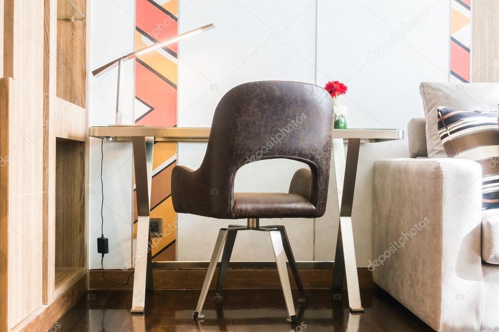 Werktafel en stoel u stockfoto mrsiraphol