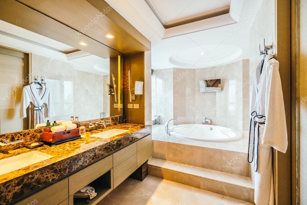 Interior de cuarto de baño de lujo hermoso — Foto editorial de stock ...