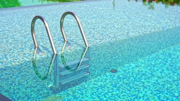 Klidné záběry prázdného bazénu v resortním hotelu