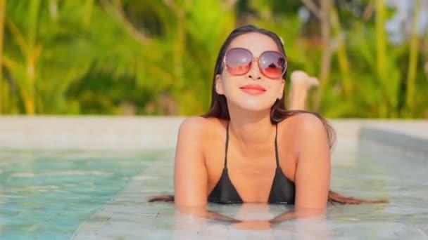 Portré gyönyörű fiatal ázsiai nő pihenni szabadidő körül medence hotel üdülőhely