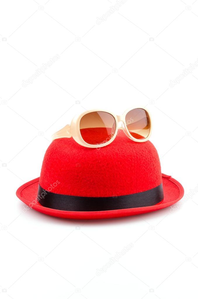 81fade8576 κόκκινο καπέλο γυαλιά ηλίου απομονωμένες λευκό φόντο — Φωτογραφία ...