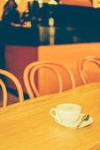 kávécsésze fából készült asztalon
