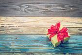 Fényképek ajándék doboz fa háttér