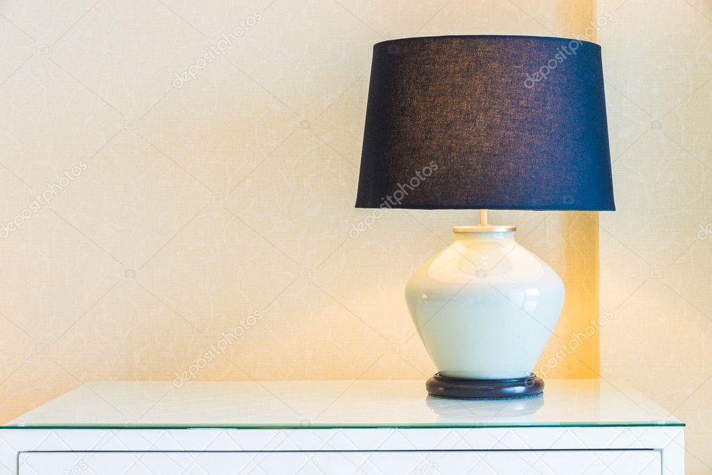 Lampada da tavolo in camera da letto — Foto Stock © mrsiraphol #68833651