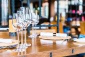 Sklenice na víno na jídelní stůl v restauraci