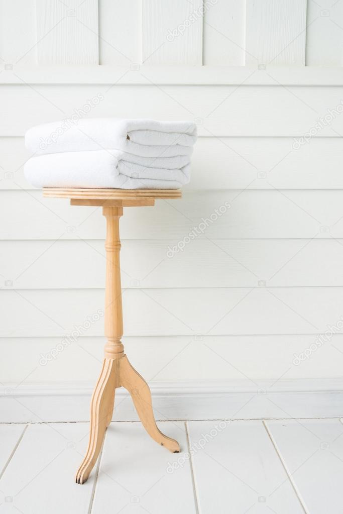 Handdoeken in Bad op houten tafel — Stockfoto © mrsiraphol