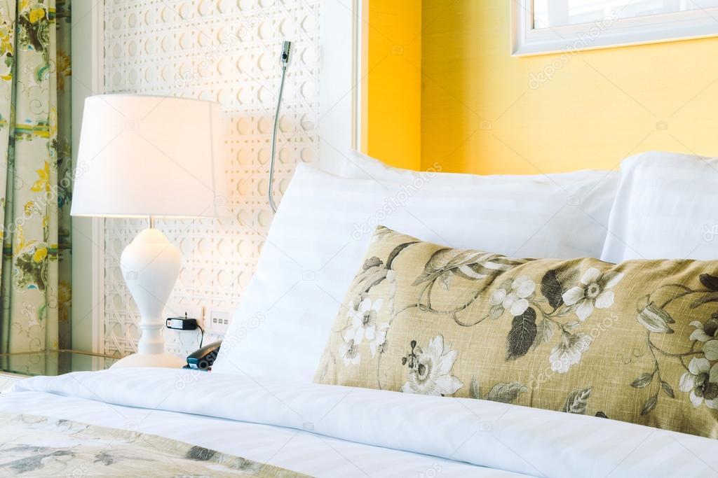 Mooie luxe decoratie in slaapkamer u stockfoto mrsiraphol