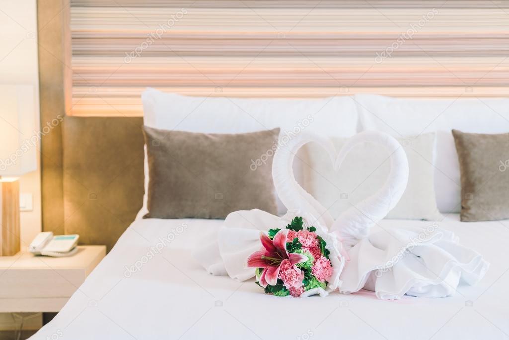 fiori e cigni asciugamani sulla camera da letto — Foto Stock ...