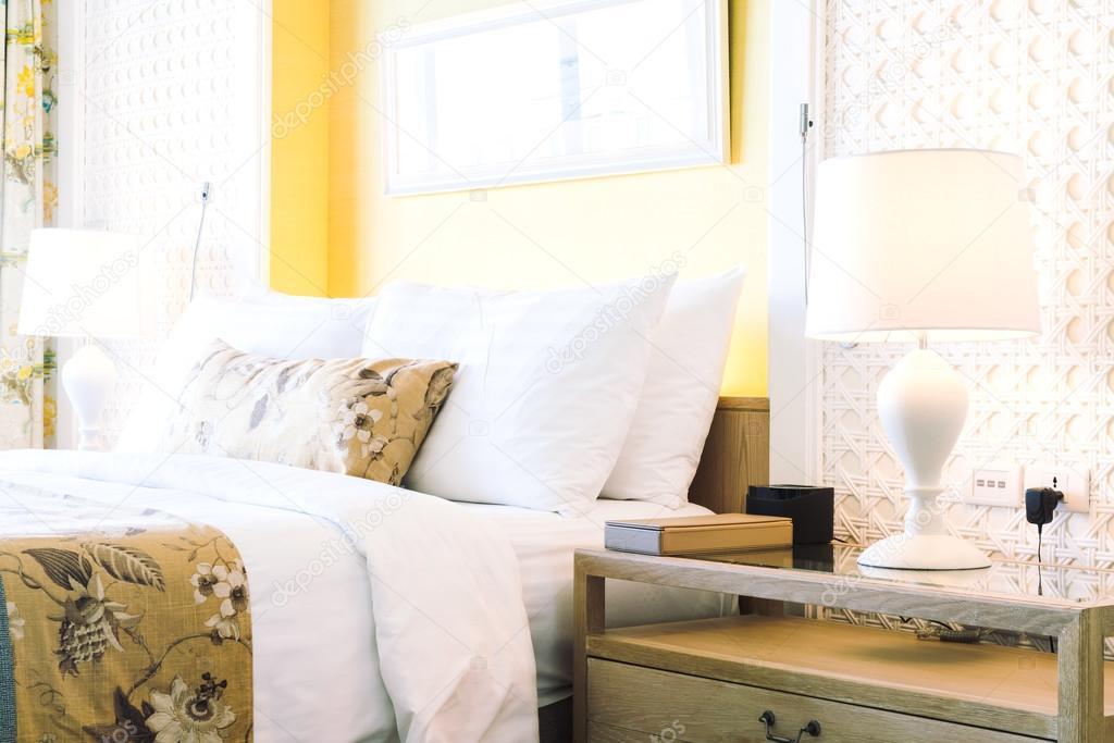 Luxe decoratie in hotel slaapkamer u stockfoto mrsiraphol