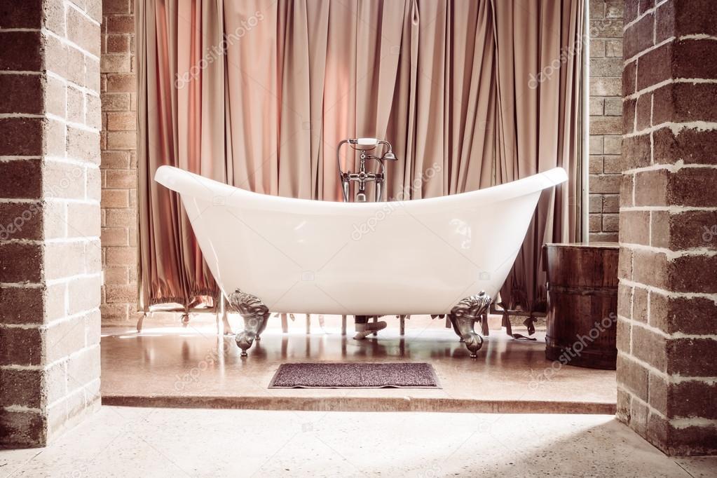 Vasca da bagno di lusso — Foto Stock © mrsiraphol #96473670