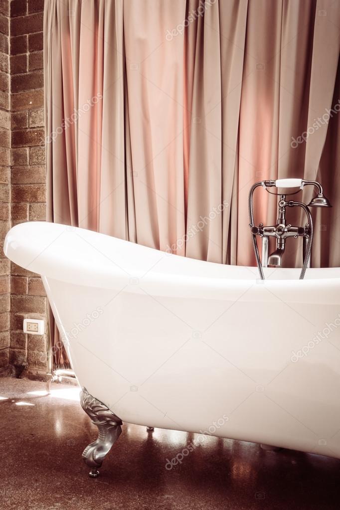 Vasca da bagno di lusso — Foto Stock © mrsiraphol #96473686