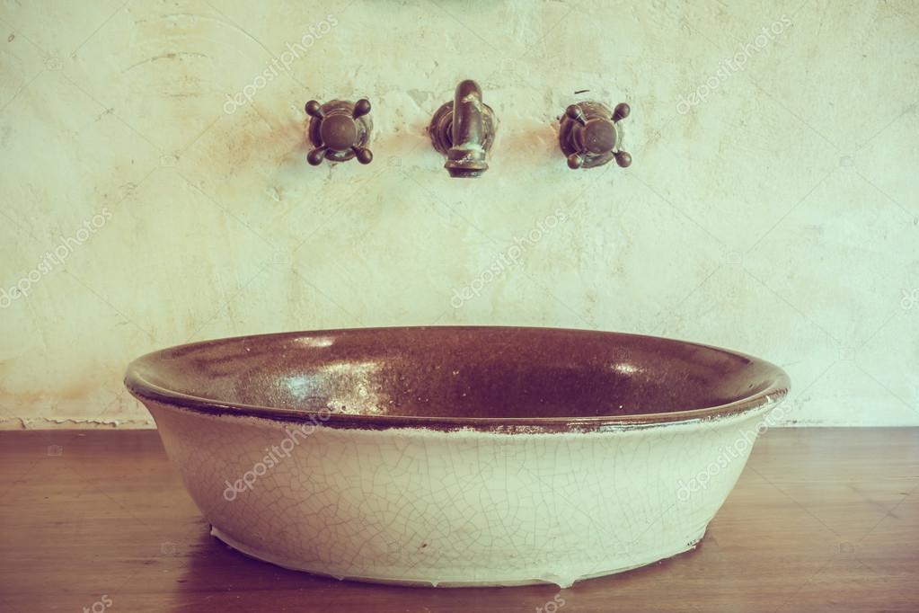 Vintage Badkamer Spiegel : Vintage badkamer met kraan u2014 stockfoto © mrsiraphol #96524962