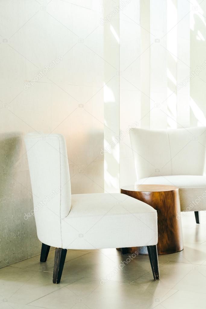 https://st2.depositphotos.com/1875497/9682/i/950/depositphotos_96827040-stockafbeelding-stoelen-in-woonkamer.jpg