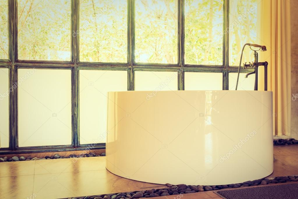 Vasca Da Bagno Vintage : Vasca da bagno vintage in interni bagno u foto stock mrsiraphol