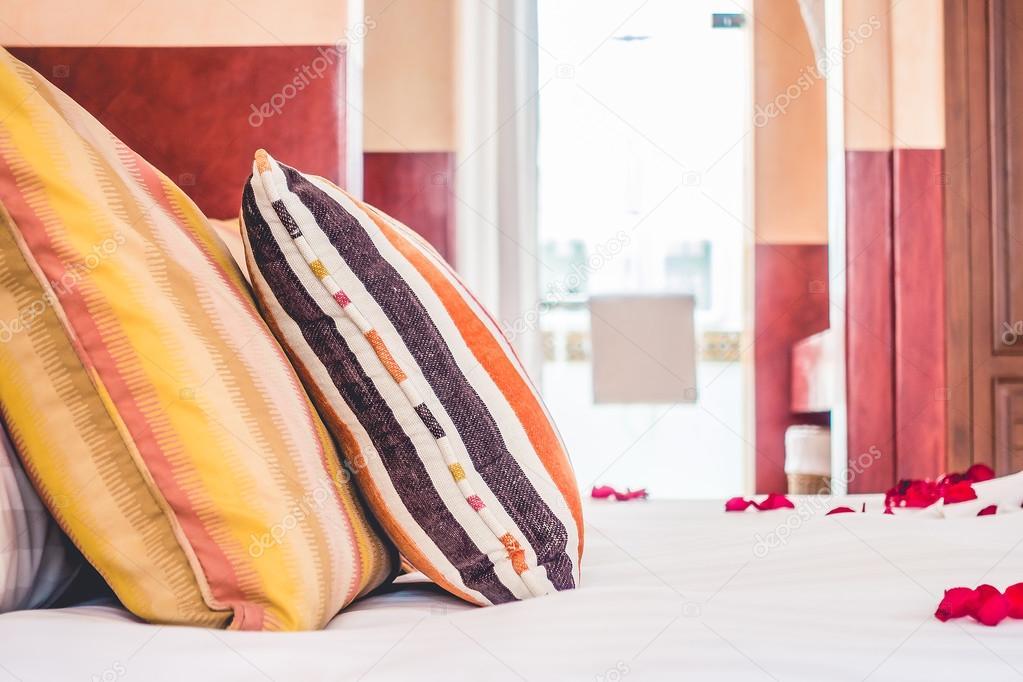 Camera Da Letto Stile Marocco : Cuscini in camera da letto con stile marocco u foto stock