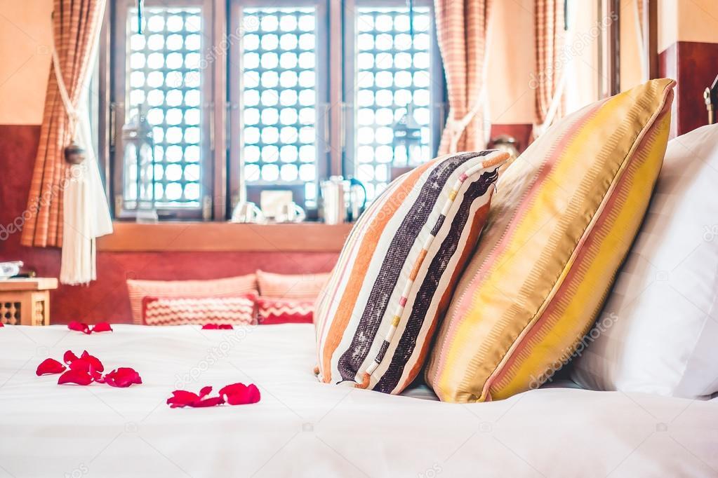 Camera Da Letto Stile Marocco : Cuscini e letto con stile marocco u2014 foto stock © mrsiraphol #99450556