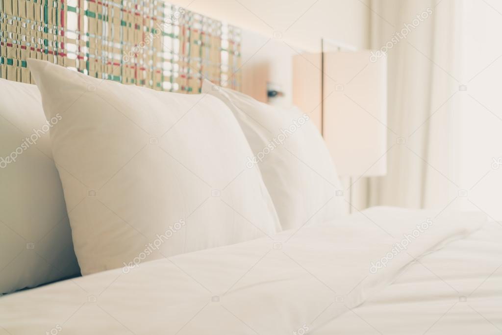 Witte kussens decoratie op slaapkamer u stockfoto mrsiraphol