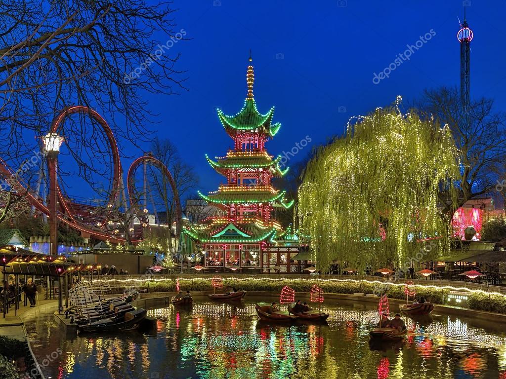 copenhague danemark 14 dcembre 2015 soire vue des jardins de tivoli avec pagode chinoise lac de bateau dragon et daemonen roller coaster - Jardins De Tivoli