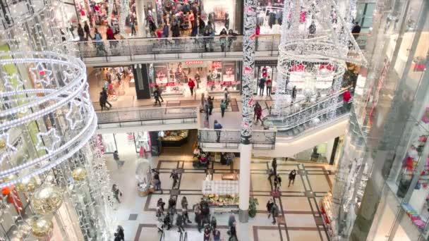 Boční pohled lidí na nákupní horečka