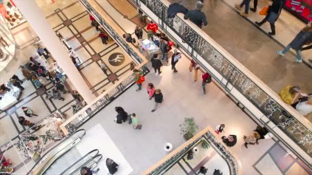 Lehce setřený vysoké vystřelí lidí nakupování