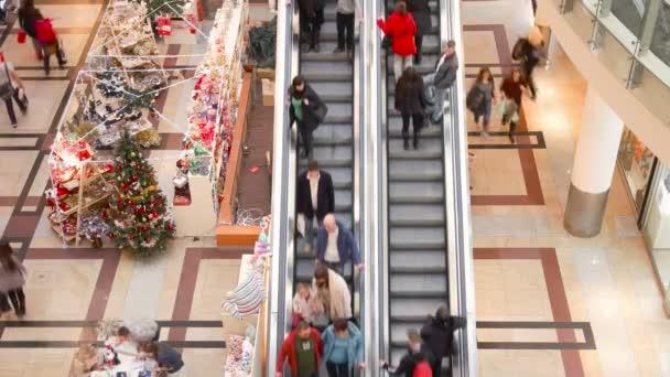 Lidé na shopping mall spree během vánoční