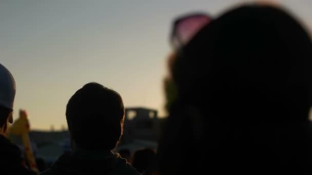 Menschen laufen auf dem Festival