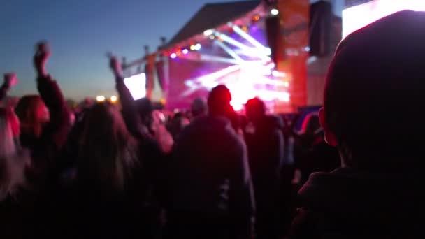 Redakční - lidé tančící před pódiem