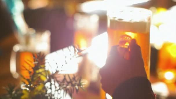 Cinkání s přáteli s pivní sklo