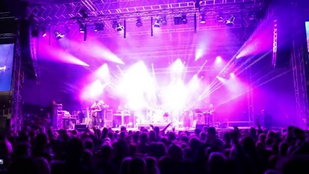 Fiatalok, tánc, rock fesztiválon