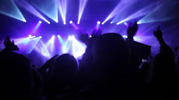 Mladí lidé tančí na rockový festival