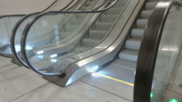 Železniční stanice eskalátory