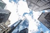 Fotografia edifici per uffici alto con cielo blu specchiato