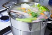 Főzés hal leves zöldségekkel