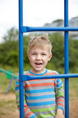 Malý chlapec hraje na hřiště