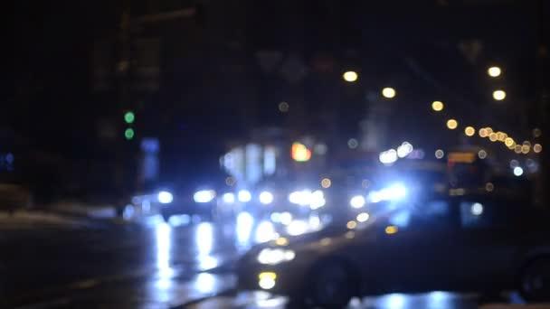 rozostřené záběry pohybujících se semaforů v noci