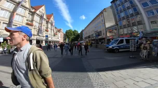 Menschen auf der Straße, München, Deutschland