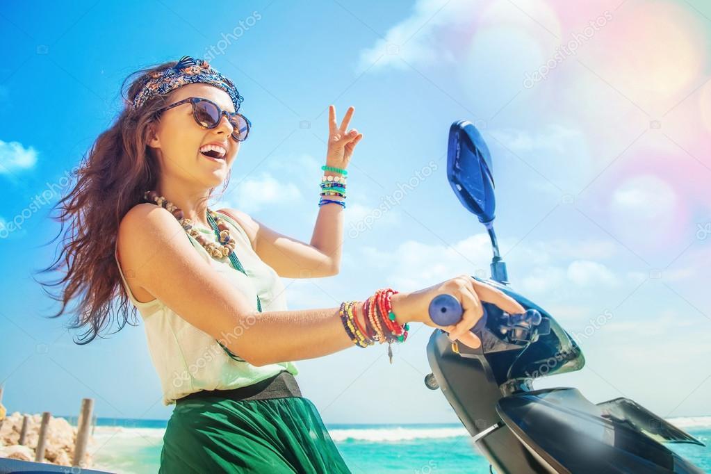 Hippie-Frau, die ihr Motorrad fahren — Stockfoto © apid #70994319