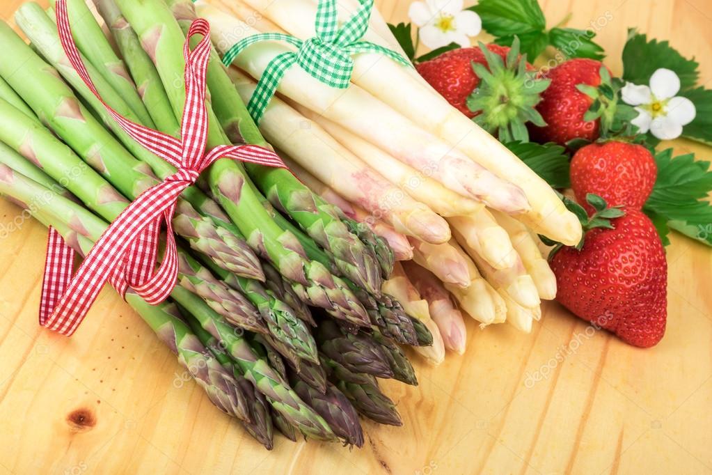 Grüner Spargel Mit Frischen Erdbeeren Auf Hellem Holz Gesund Kochen