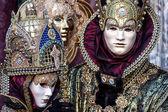 Masky v krásné kostýmy na karneval v Benátkách, Itálie