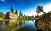 Vody jezera ráno v Dolomitech