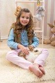 Fotografie Kleine Mädchen liebt Leben Kaninchen