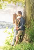 Pár v lásce na jezeře