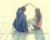 Két szerelmes ül a pier