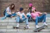 Fotografie Skateboarder sitzt auf der Treppe