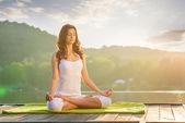 mladá žena, která dělá jógu