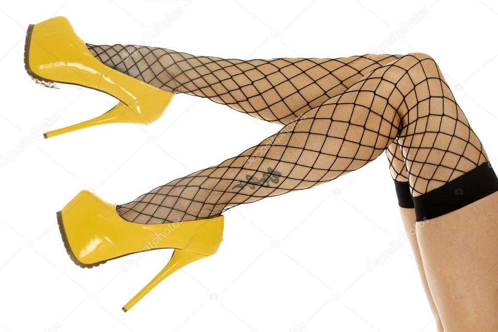 0adfa9151 Pernas com meias arrastão e sapatos de salto alto — Fotografia de Stock