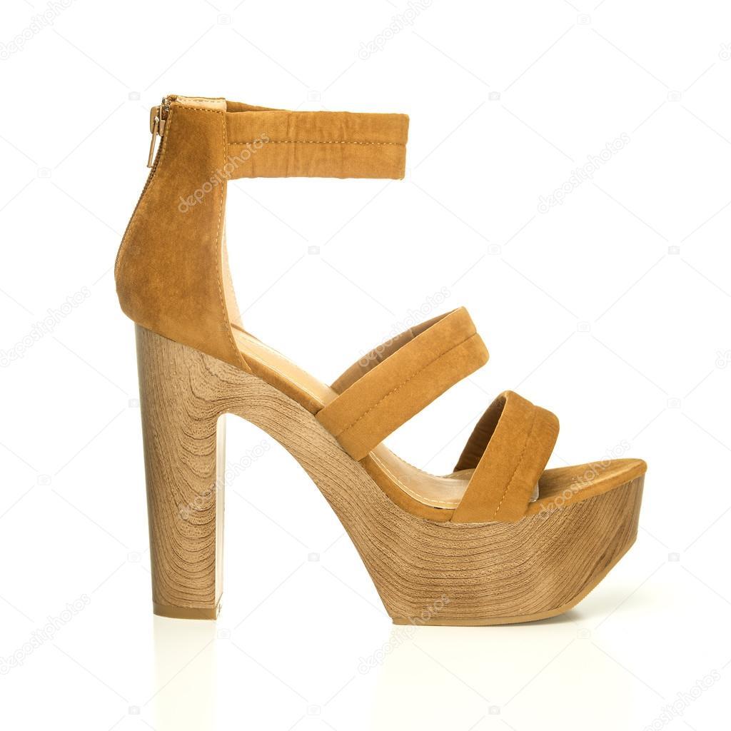 1b1e92ada9 Sapato de salto alto em camurça marrom e sola de madeira — Fotografia de  Stock