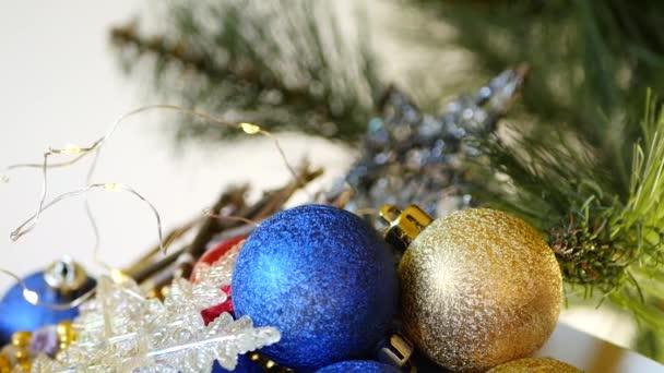 Weihnachtsschmuck aus nächster Nähe in Schachtel. Immergrüner Baum. Neujahrsvorbereitung. Winterheimelige Gemütlichkeit